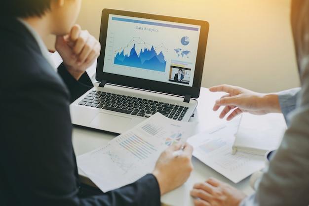 Uomo d'affari due che analizza società finanziaria dei dati di investimento.