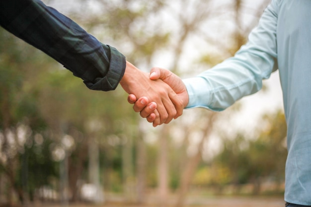 Handshake di due colleghe dell'uomo d'affari
