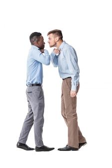 Due uomini d'affari che discutono