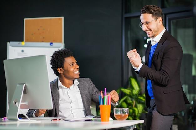 Due uomini d'affari celebrano la vittoria, il raggiungimento dell'obiettivo, il cinque