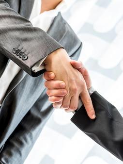 Due uomini d'affari che agitano le mani su un affare o un accordo