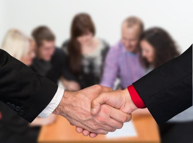 Due uomini d'affari si stringono la mano. stretta di mano