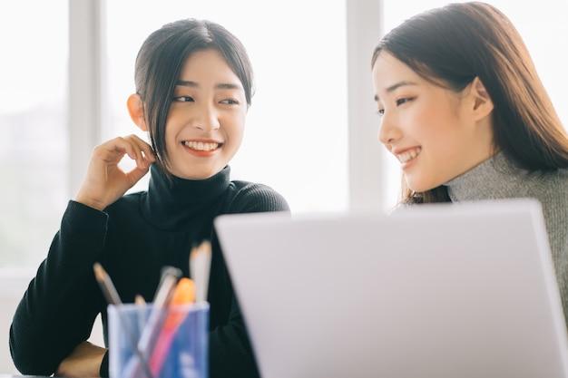 Le due imprenditrici stanno discutendo del lavoro