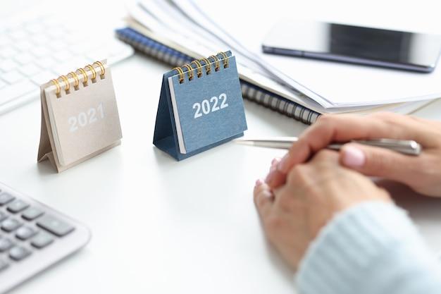 Due calendari per il 2021 e il 2022 in tavola. concetto di previsione dello sviluppo del business