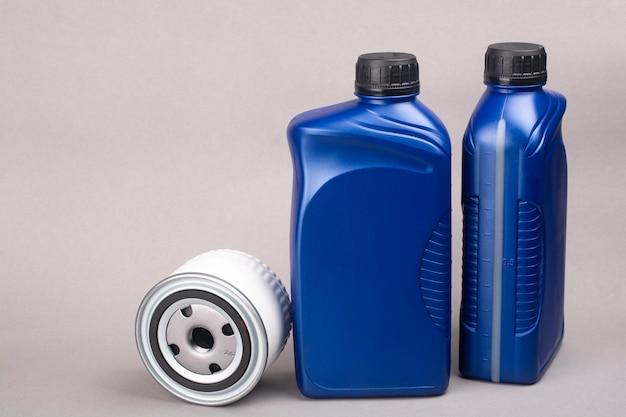 Due lattine di olio e un filtro dell'olio