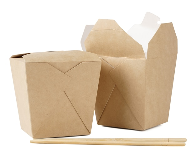 Due contenitori di cartone per cibo da asporto e bacchette su bianco isolato. concetto di consegna fast food.