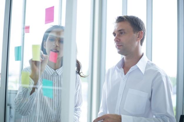 Due uomini d'affari caucasici che si incontrano in ufficio.