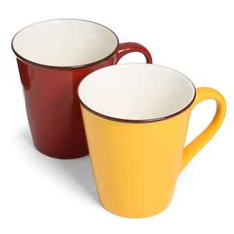 Due tazze di ceramica sulla tazza rossa e gialla bianca e vuota