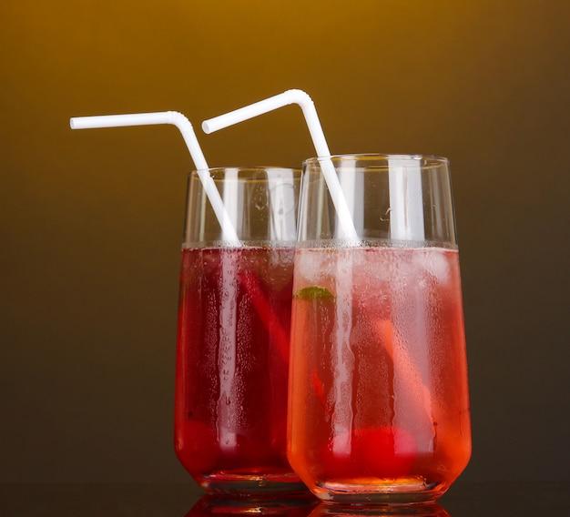 Due cocktail alla ciliegia con ghiaccio su arancia scura