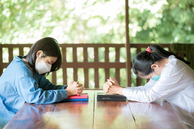 Due cristiani pregano per incoraggiare e sostenere insieme a casa.
