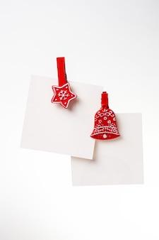 Due note di natale con mollette rosse sullo sfondo. copia spazio