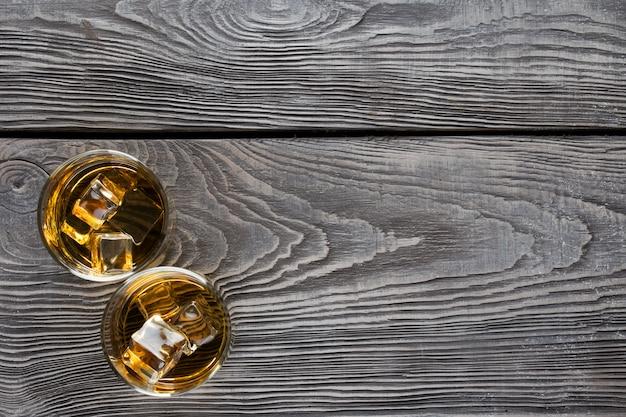Due vetri circolari di whisky con ghiaccio