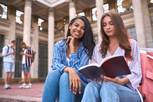 Due compagni di classe per strada in una grande occasione nel mezzo della giornata in attesa dell'inizio delle lezioni