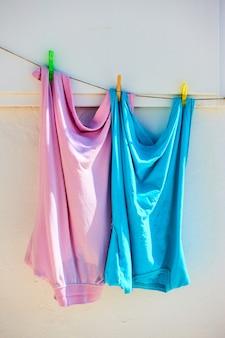 Le camicie a due colori si asciugano all'aperto in una giornata di sole