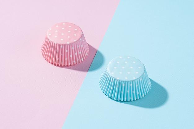 Due cupcakes con crema blu e rosa, concetto di celebrazione quando il sesso del bambino diventa noto