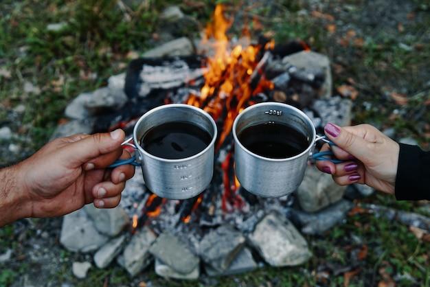 Due tazze di caffè al fuoco in natura.