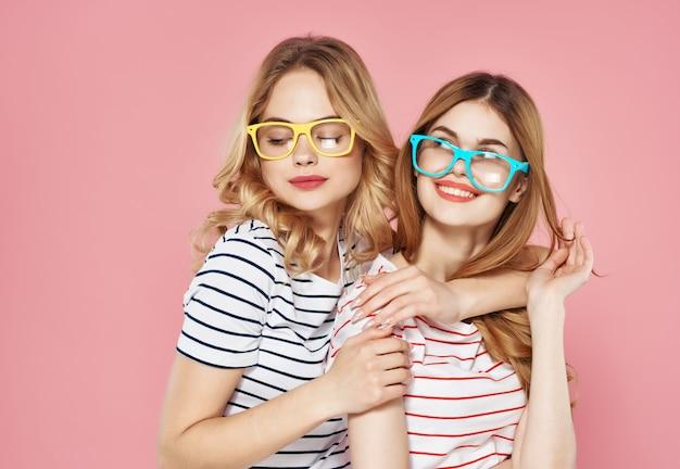 Due amiche carine in magliette a righe gioia moda sfondo isolato