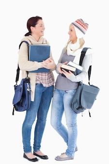 Due simpatici studenti preparati per l'inverno