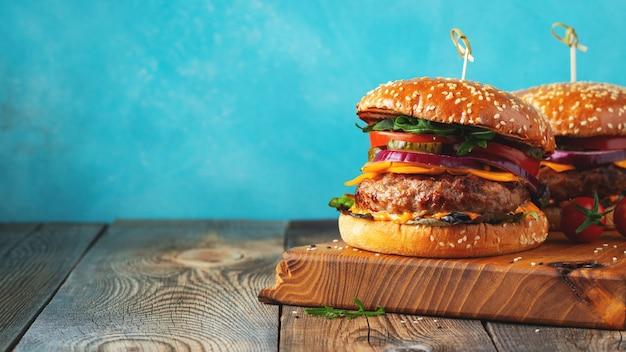 Due deliziosi hamburger di manzo fatti in casa.