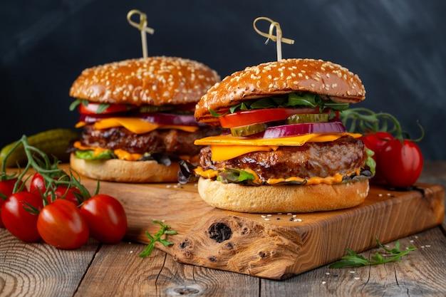 Due deliziosi hamburger di manzo fatti in casa