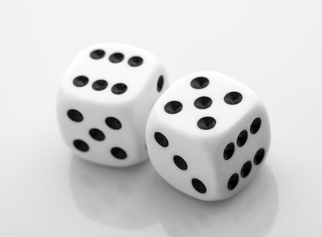 Due dadi isolati sopra bianco