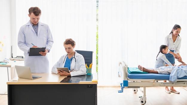 Due medici che hanno una conversazione in un ospedale