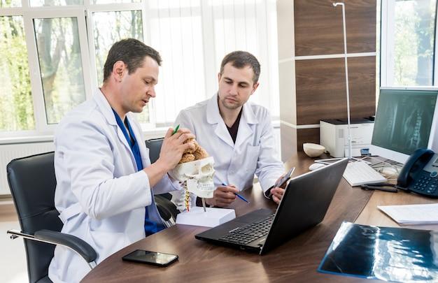 Due medici che hanno consiglio medico in ospedale.