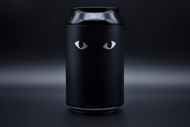 Due occhi disegnati su uno sfondo nero. due occhi di gatto disegnati su uno sfondo nero su una lattina di alluminio, due occhi su uno sfondo nero