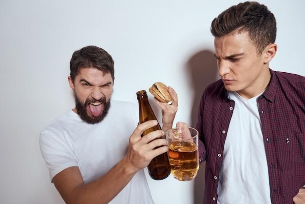 Due amici ubriachi che bevono birra
