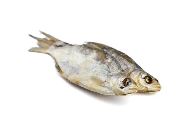 Due pesci secchi isolati su bianco