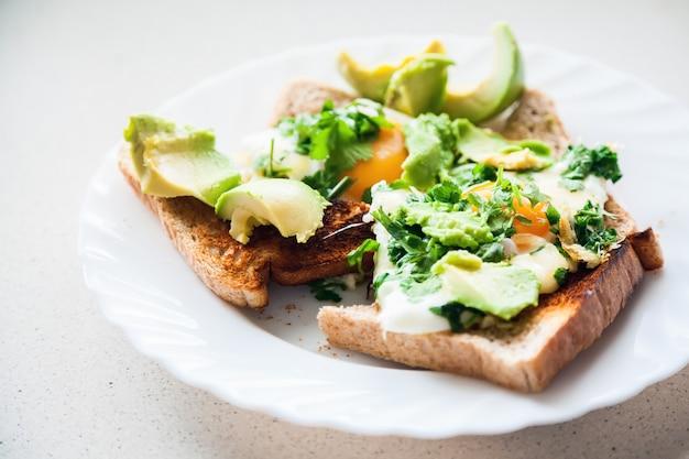 Due uova su toast con avocado