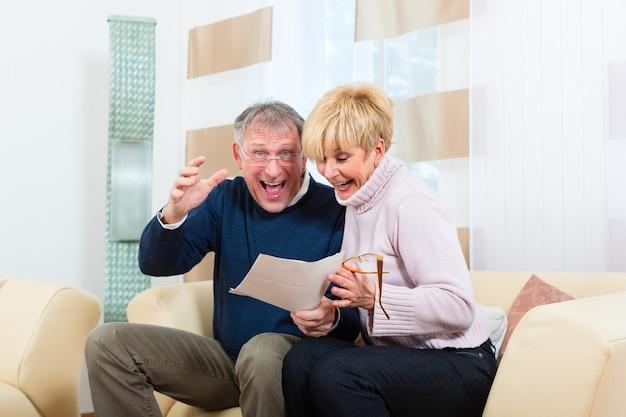 Due persone anziane hanno ricevuto una lettera, forse hanno vinto il primo premio ed è una notifica di vincita