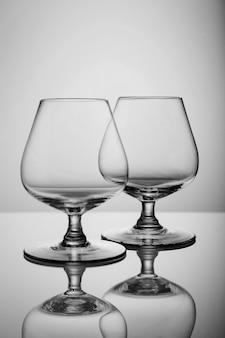 Due bicchieri di brandy vuoti isolati su sfondo bianco