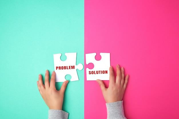 Due pezzi di carta bianchi vuoti di puzzle