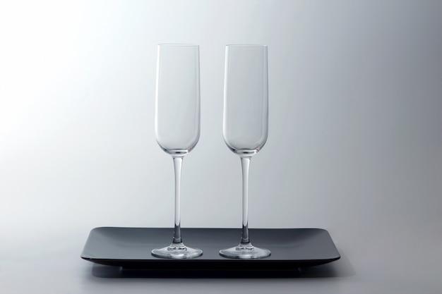 Bicchiere di vino vuoto due su un piatto marrone su indicatore luminoso