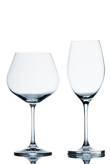 Due bicchieri di vino vuoti su sfondo bianco