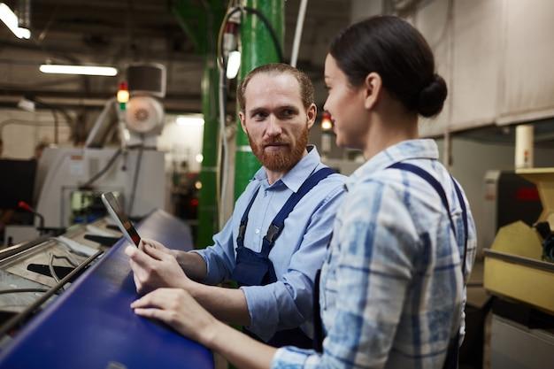Due ingegneri che lavorano nello stabilimento