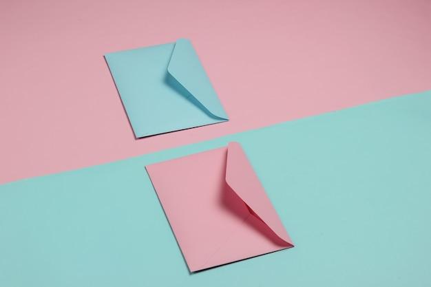 Due buste di colori pastello rosa e blu. mockup per san valentino, matrimonio o compleanno. vista dall'alto