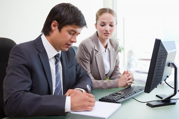 Due dirigenti in riunione in ufficio