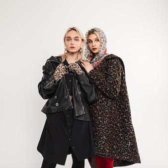 Due amiche alla moda in abiti giovanili alla moda oversize