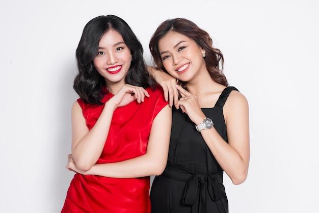 Due donne alla moda in bei vestiti che stanno insieme e si divertono