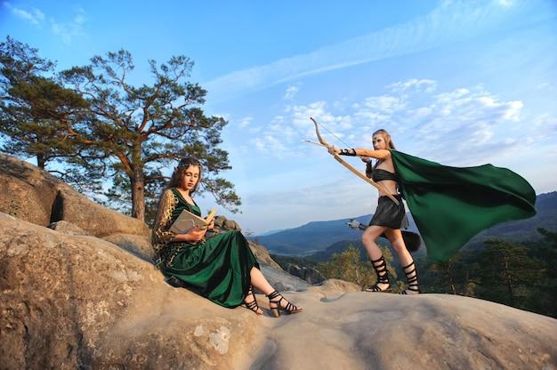 Due elfi femminili che camminano nel bosco