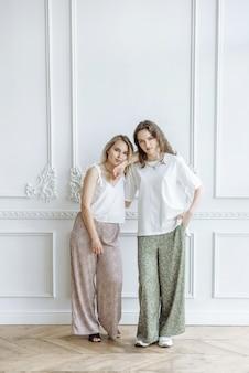 Due modelli femminili in posa in studio in piedi