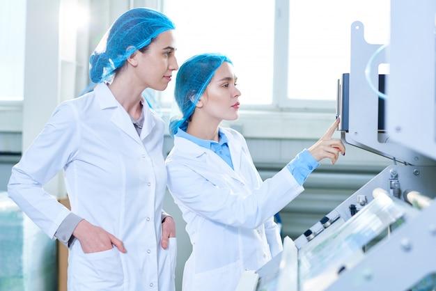 Due specialiste femminili in fabbrica