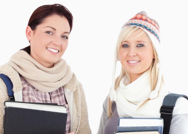 Due studentesse con libri alla ricerca
