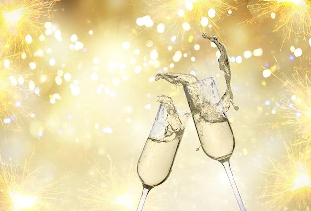 Due bicchieri di champagne festosi su sfondo dorato bokeh con luci e fuochi d'artificio