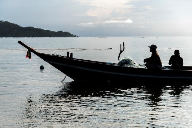 Due pescatori in barca, koh samui, provincia di surat thani, thailandia