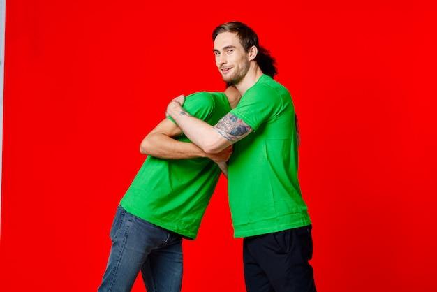 Due amici saluti comunicazione emozioni sfondo rosso