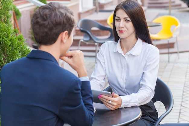 Due amici seduti al bar e discutono dei loro affari