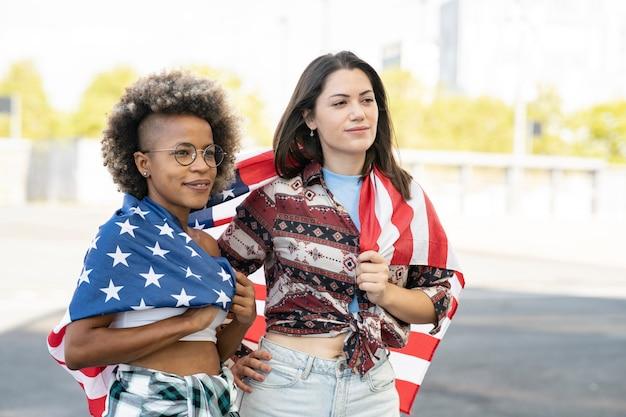 Due amici con bandiera degli stati uniti